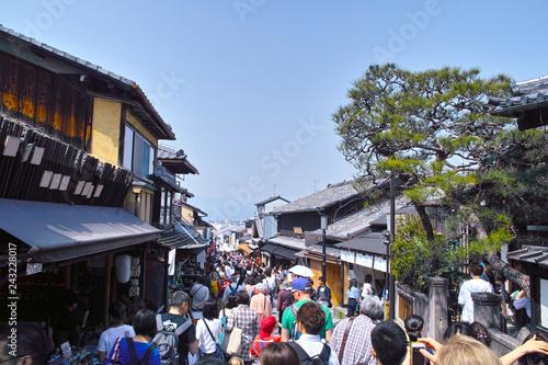 Obraz 京都市東山区、春の観光客で賑わう清水坂の景観  - fototapety do salonu