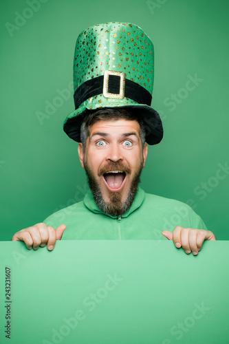 Fotografia  Man in Saint Patrick's Day leprechaun party hat having fun on green background