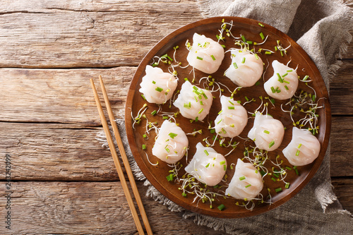 Photo  Chinese dim sum with shrimps served with microgreen close-up