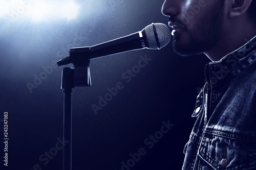 Photo Singer singing with microphone