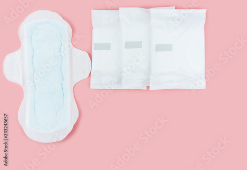 Fotografia  Sanitary pads and absorbent sheets on a pink background