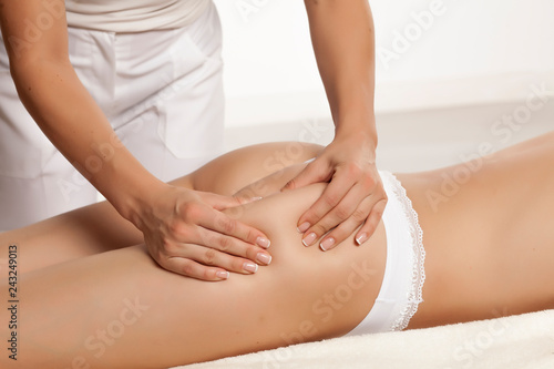 Fotografía anti-cellulite massage on the legs of young women