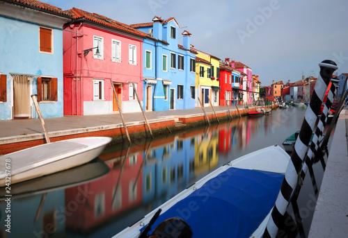 Plakat kolorowe domy na wyspie Burano w pobliżu Wenecji we Włoszech