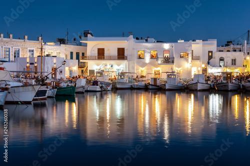 Foto op Plexiglas Poort Der idyllische Fischerhafen von Naousa mit den zahlreichen Restaurants und Bars am Abend, Paros, Griechenland
