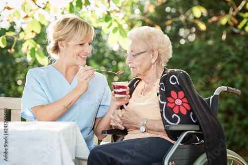 Fotomural Pflegerin hilft Seniorin beim essen