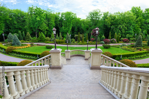 Fotografía  Beautiful granite staircase with a balustrade