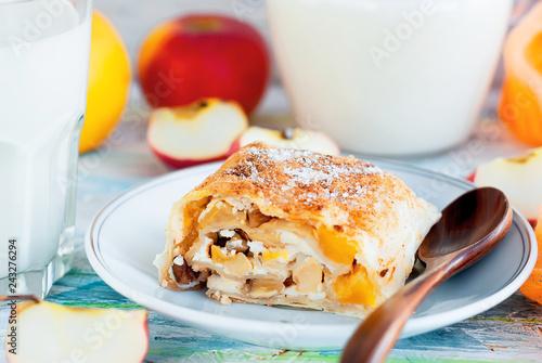 Zdjęcie XXL Świeżo upieczony strudel jabłkowy z mlekiem