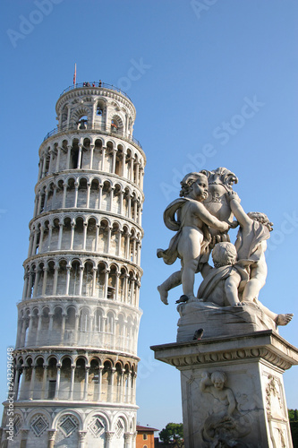 Fotografía  Leaning tower of Pisa with the statue of cherubs, Pisa, Tuscany, Italy
