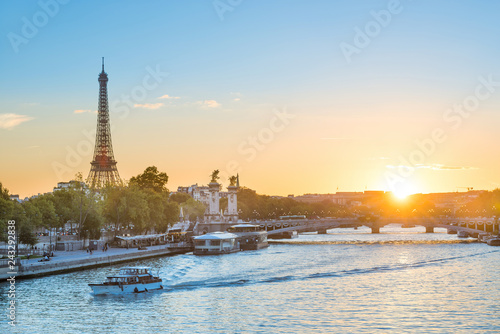 Poster Centraal Europa Beautiful sunset with Eiffel Tower and Seine river in Paris, France