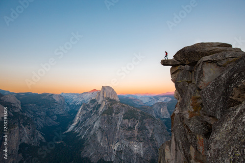 Spoed Foto op Canvas Verenigde Staten Hiker in Yosemite National Park, California, USA
