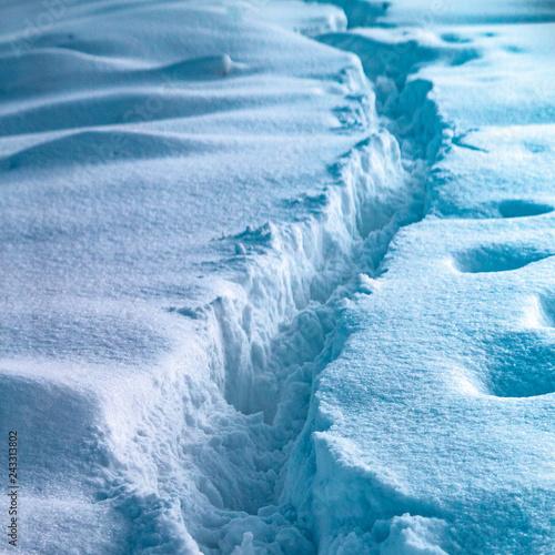 Foto auf AluDibond Kristalle Fußstapfen im Schnee