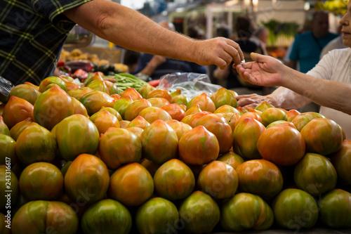 Fotografía  Pila de tomates en el mercado