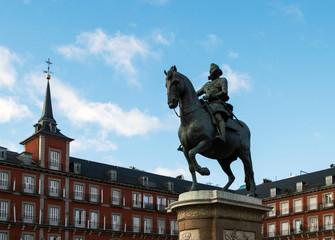 Конный памятник королю на главной площади Мадрида.