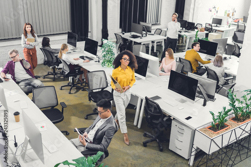 Foto high angle view of multiracial young business people working with computers and