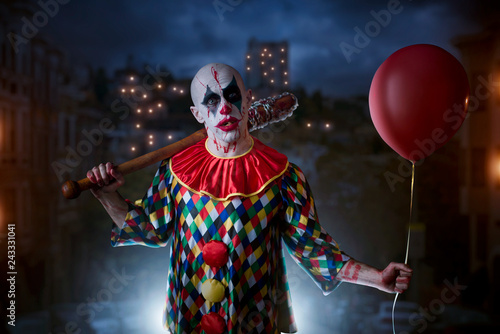 Fotografía Scary bloody clown with baseball bat and balloon