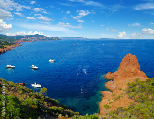 Cadres-photo bureau Caraibes Sea water and ship yachts on the horizon.