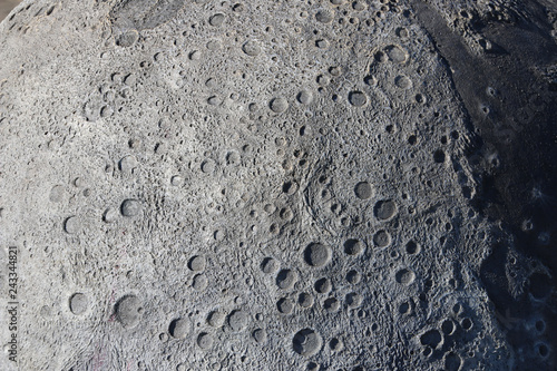 Fotografiet  A picture of craters on the surface of the moon.