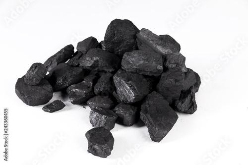 Foto pile black coal isolated on white background