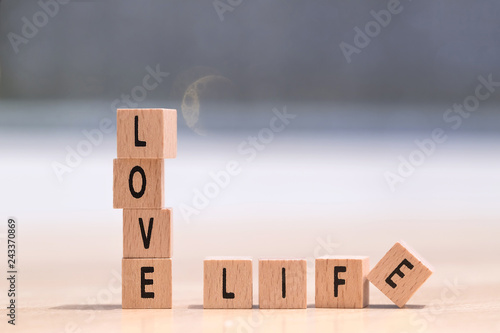 Photographie  wood cubes with the words love life on it