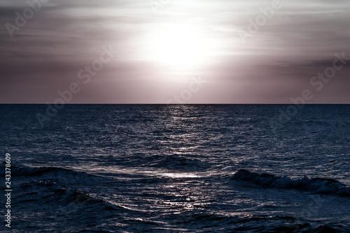 Fotografie, Obraz  morze w chłodnych nocnych barwach