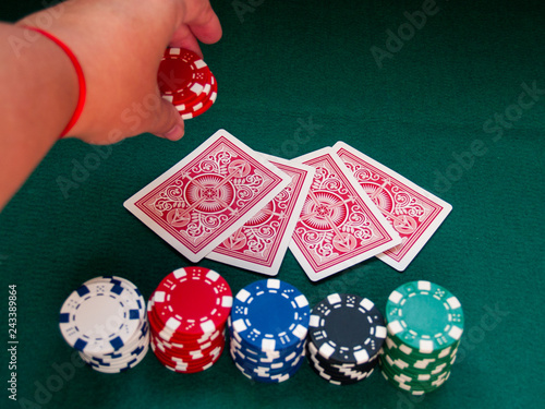 Fotografía  A person playing poker betting poker chips of various colors