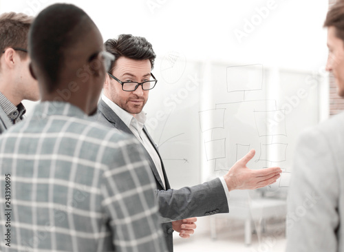 Fotografija  businessman explains something to his business partners