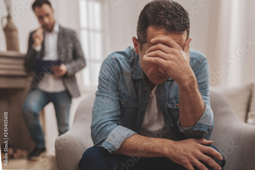 Canvastavla  Man feeling awful telling about interpersonal problems
