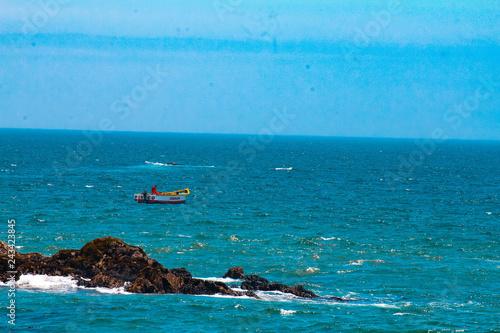 In de dag Duiken boat in the sea