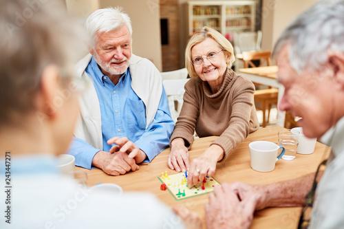 Foto  Senioren beim Brettspiel im Altenheim