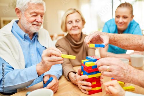 фотография  Senioren stapeln zusammen bunte Bausteine