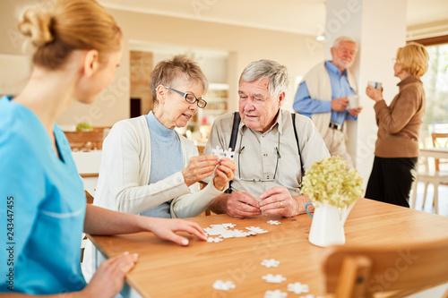 Leinwand Poster  Senioren beim Puzzle spielen in der Freizeit