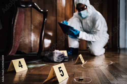 Fotografía  Crime Scene Detective Examining Evidence