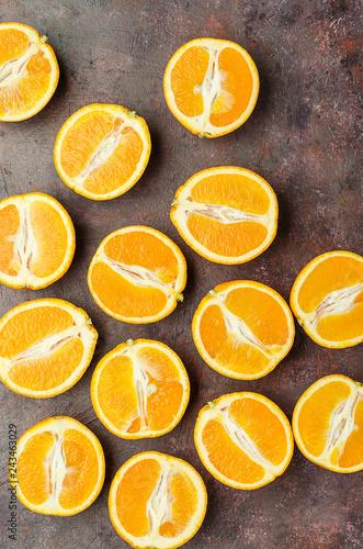 Fotografía  Halves of oranges on a dark.