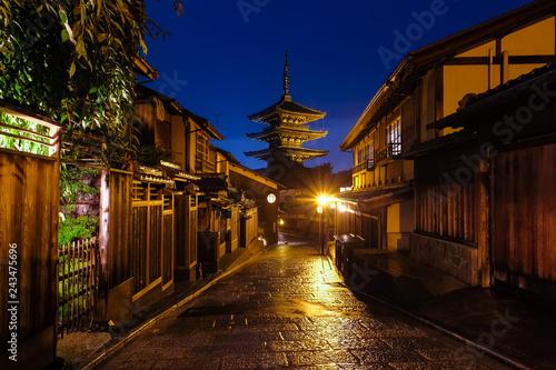 In de dag Kyoto 京都市 八坂の塔 夜景