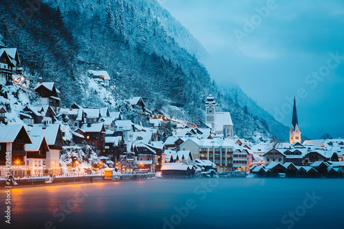 Poster Centraal Europa Twilight view of Hallstatt in winter, Salzkammergut, Austria