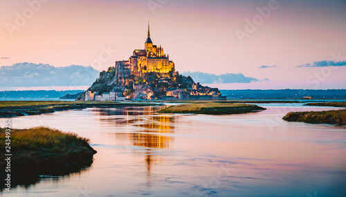 Ingelijste posters Europa Mont Saint-Michel at twilight, Normandy, France