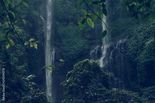 ogromna-siklawa-w-zielonym-tropikalnym-lesie-deszczowym-bali-wyspa-indonezja
