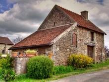 Ancienne Ferme Dans Un Village En Bourgogne.