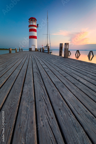 Montage in der Fensternische Leuchtturm Lighthouse at Lake Neusiedl at sunset near Podersdorf, Burgenland, Austria