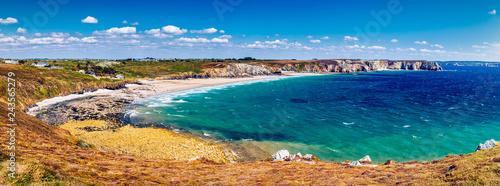 Fotografia Panoramic view of beach Anse de Pen-Hat on the Presqu'ile de Crozon, Parc naturel regional d'Armorique