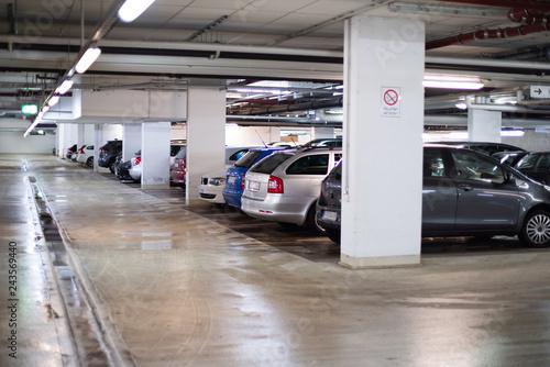 Fotomural  Autos parken in einer Tiefgarage
