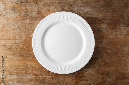 Fotografía  Empty ceramic plate on wooden background
