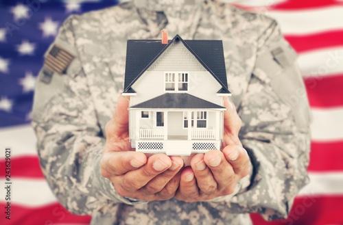 Zdjęcie XXL Żołnierz trzyma model domu