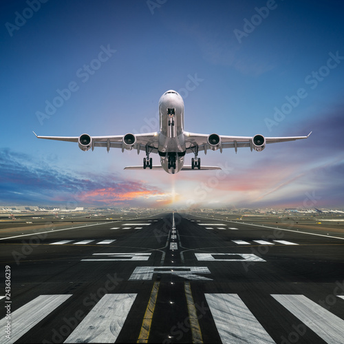 Fotografia  Airplane taking off from the airport.