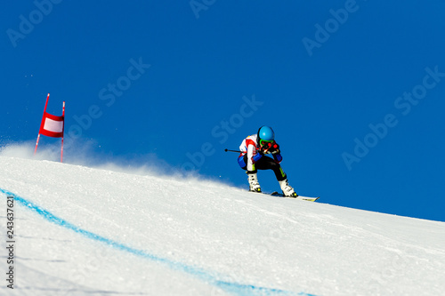 Photo  man racer in downhill skiing competition alpine skiing