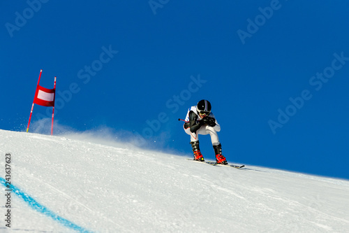 Valokuva racer riding in downhill skiing competition alpine skiing