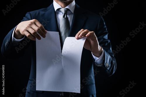白紙の紙を破るビジネスマン Fotobehang
