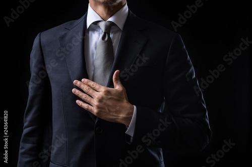 Fotografia  胸に手を当てるビジネスマン