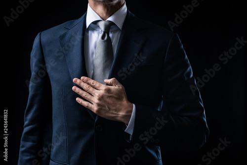 Stampa su Tela  胸に手を当てるビジネスマン