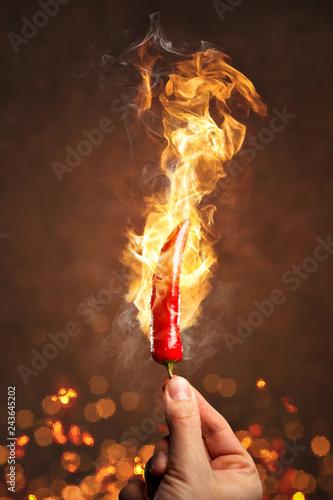 Tuinposter Kruiderij Scharfe Chili umgeben von Feuer und Flammen